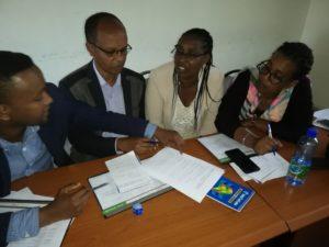 Bildet viser et gruppearbeid med to menn og to kvinner