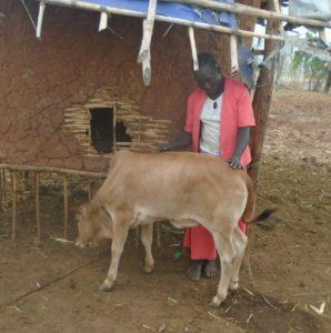 Bildet viser ambassadøren Lomiche Abdisa sammen med kalven