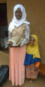 Bildet viser ambassadøren Sunke sammen med dattera si