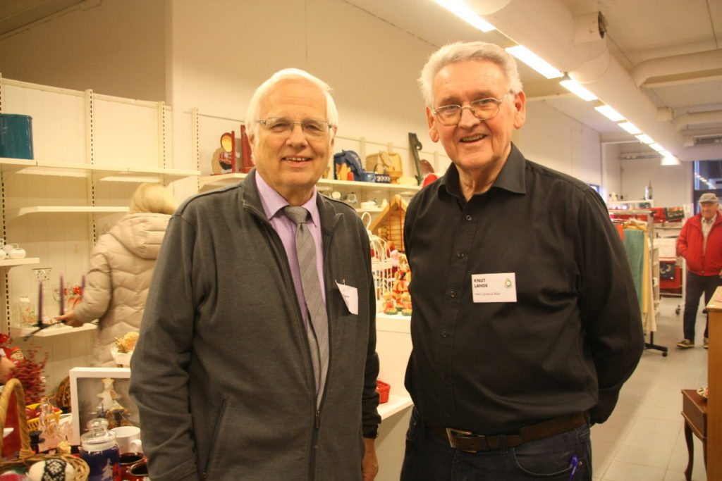 Styreleder Magne Grønlien og butikkleder Knut Lande er strålende fornøyde i nye lokaler. - Her ligger vi sentralt og får et godt kundegrunnlag sier Magne.