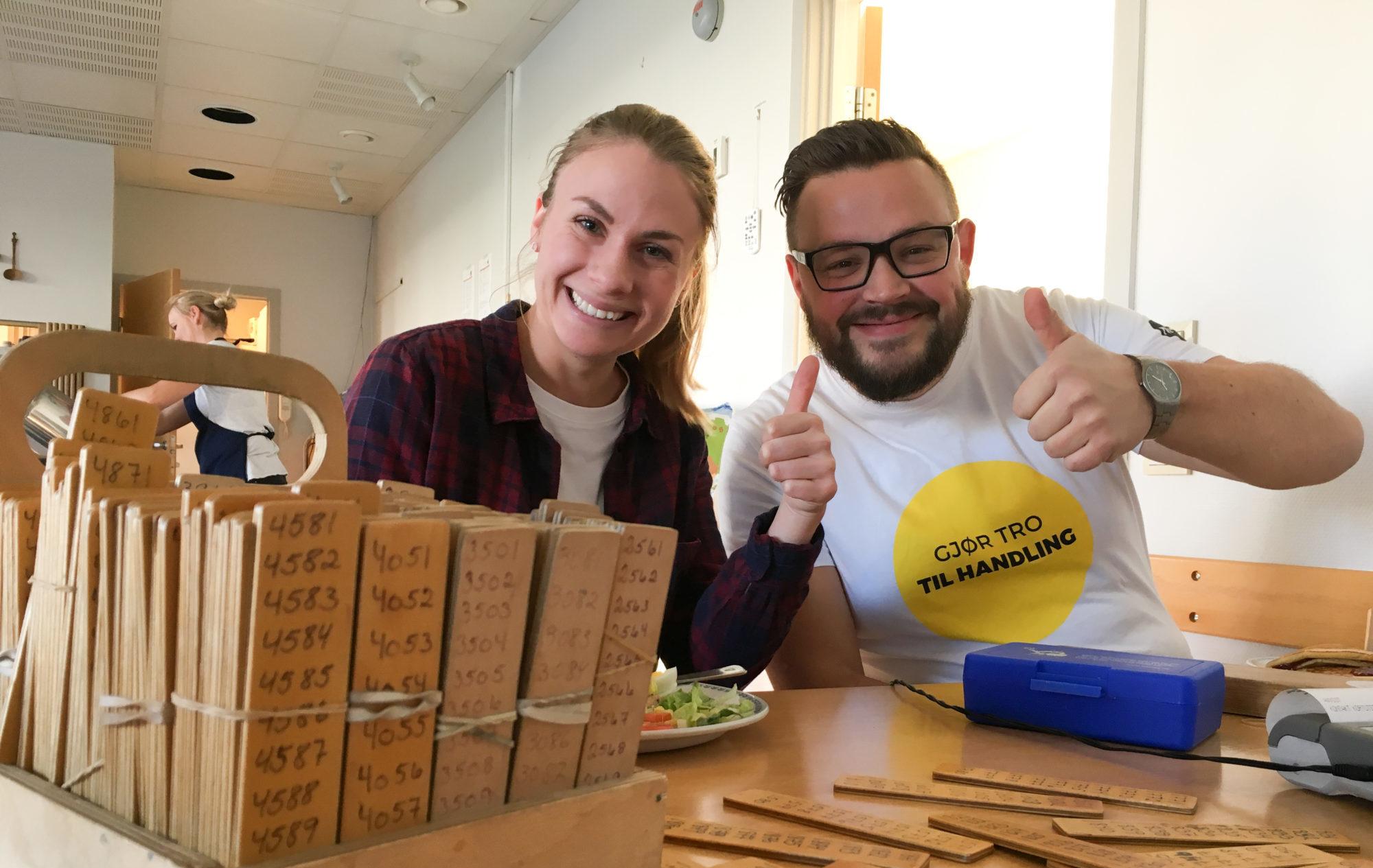 Lappelunsj basar Caroline Ole Severin gjør tro til handling årer innsamling smil tommel opp